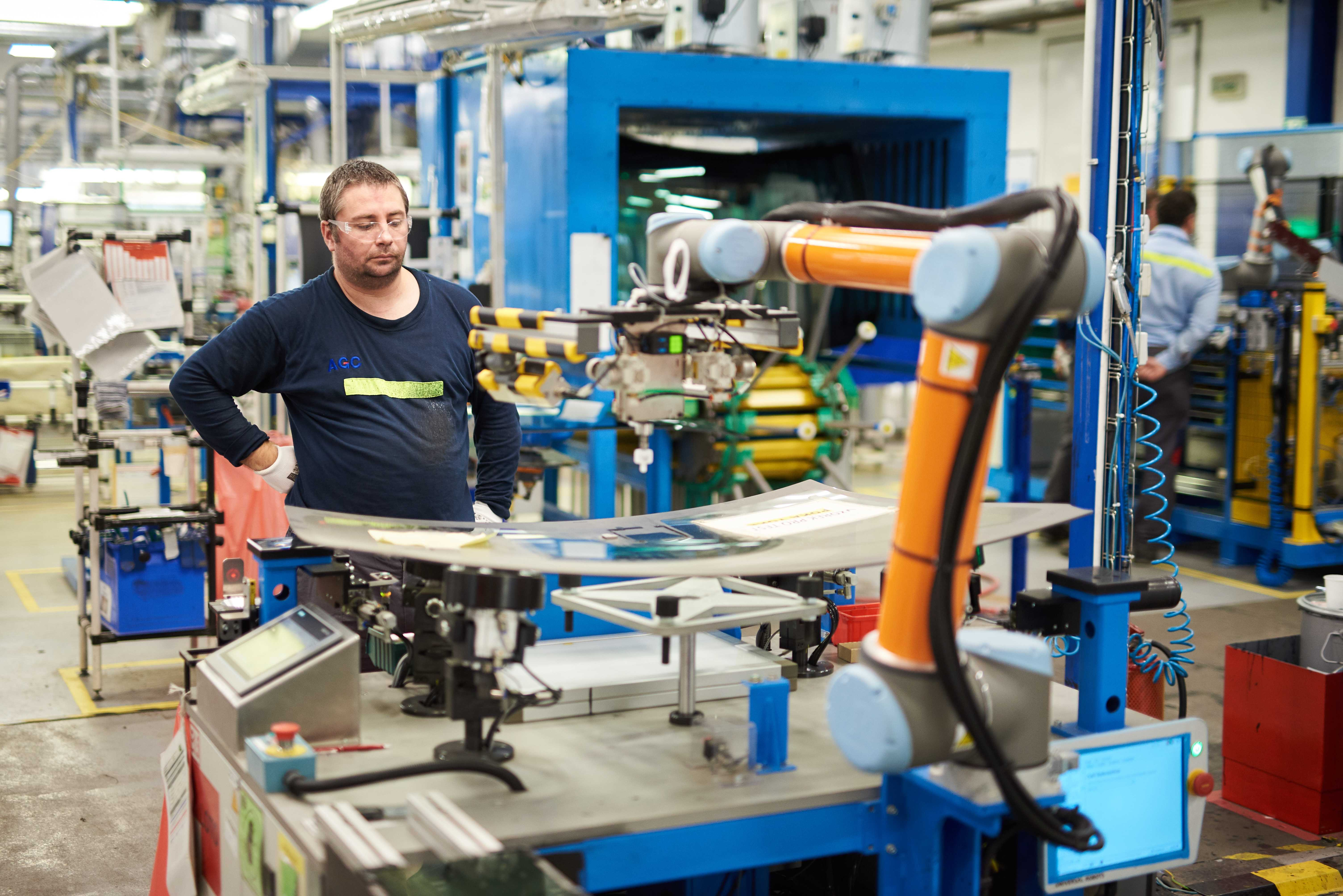V AGC Automotive při výrobě autoskel spolupracují s lidmi koboti