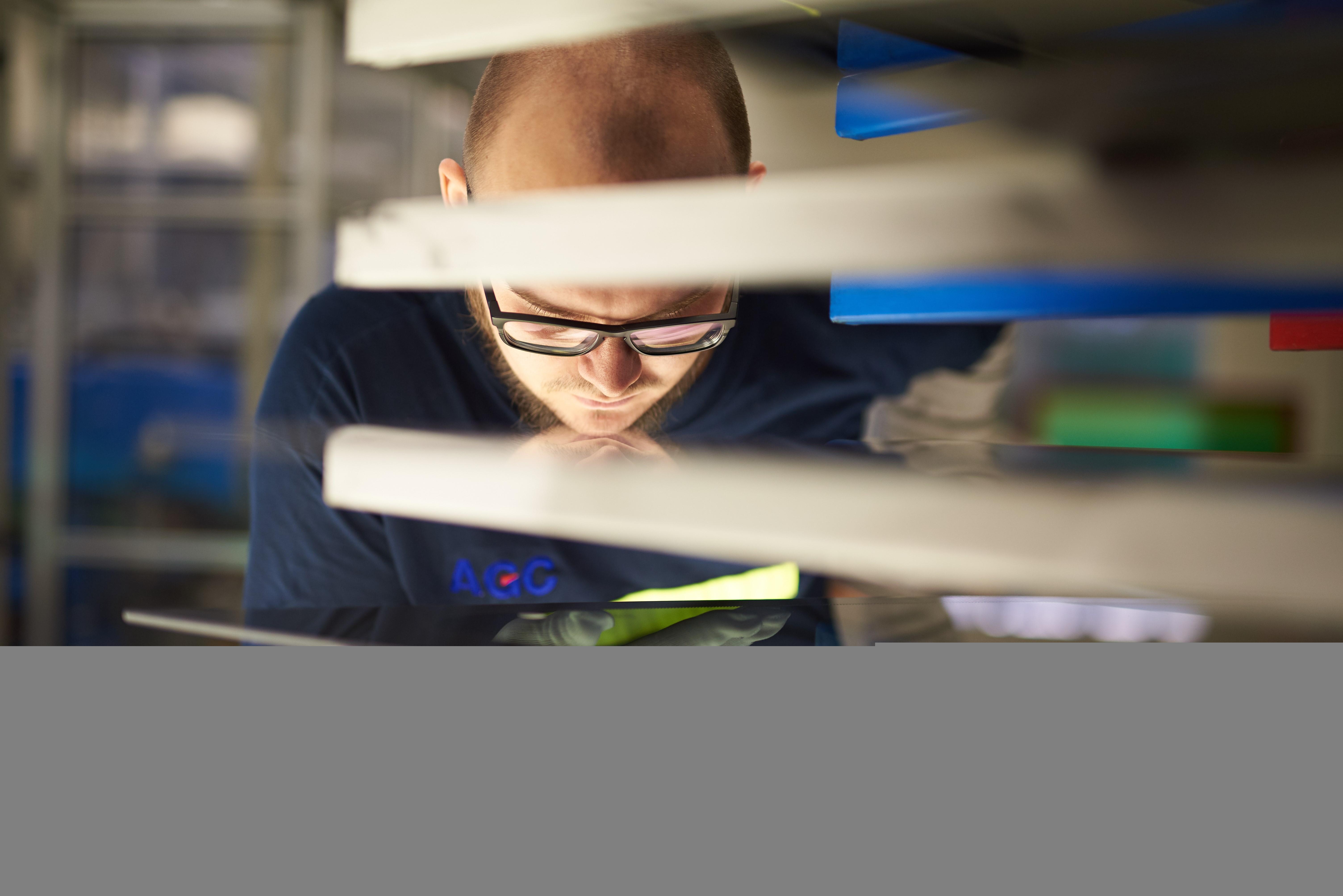 V Chudeřicích vyrábějí nejmenší sklo pro super auto Porsche 513