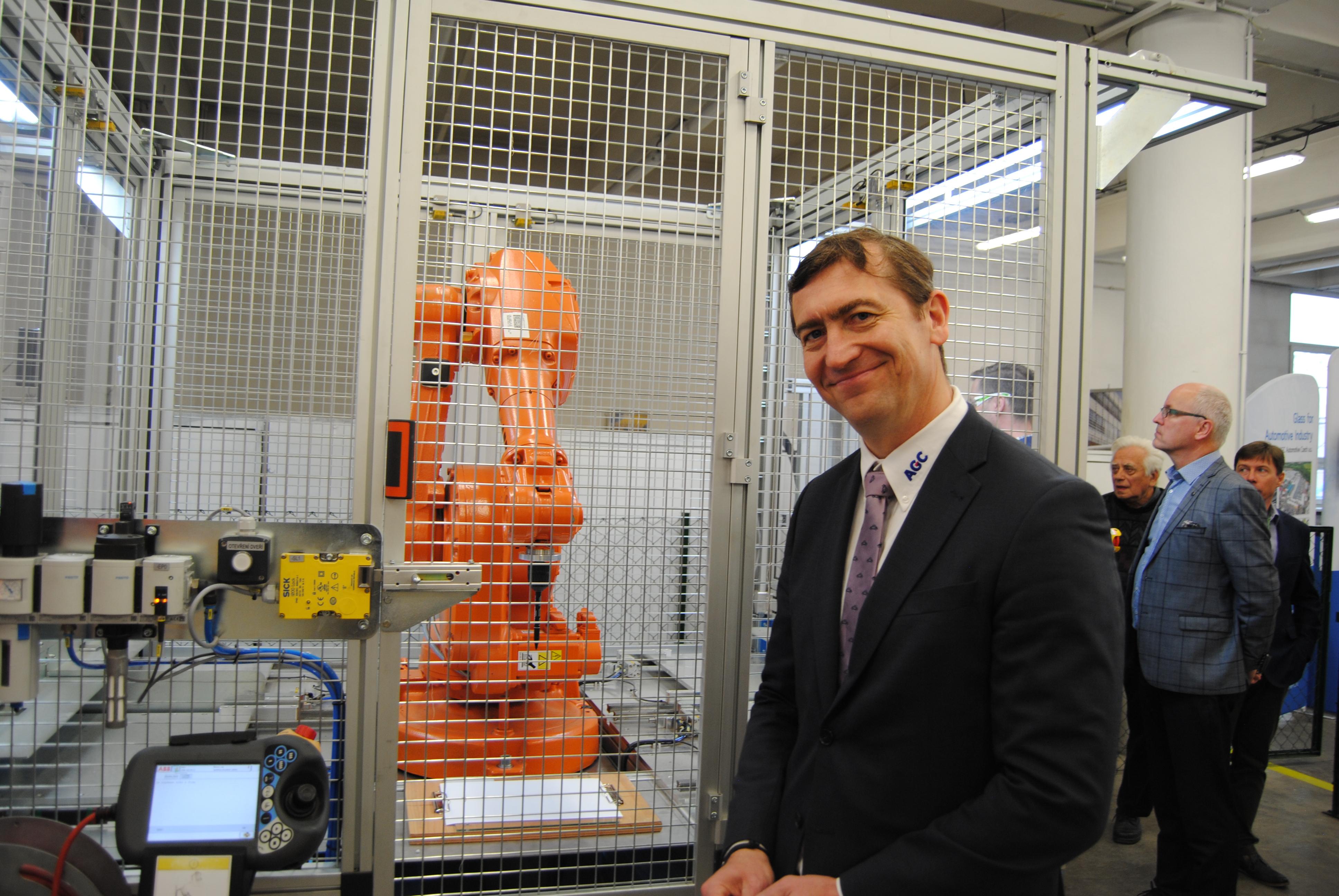 Škola AGC posiluje technické obory: Získala prvního skutečného robota